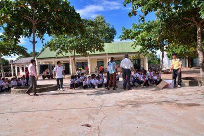 Đoàn từ thiện trao quà cho học sinh có hoàn cảnh khó khăn
